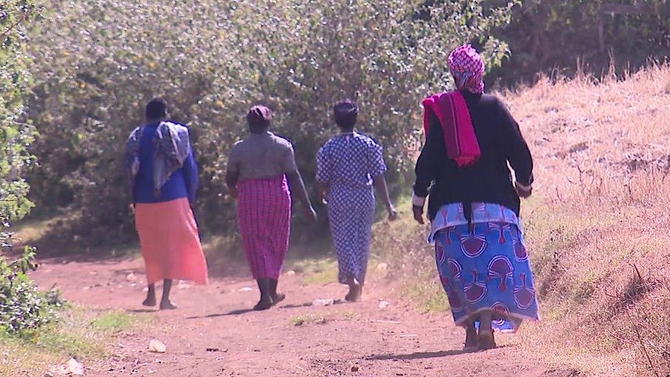 Mujeres caminando en Sebei, Uganda