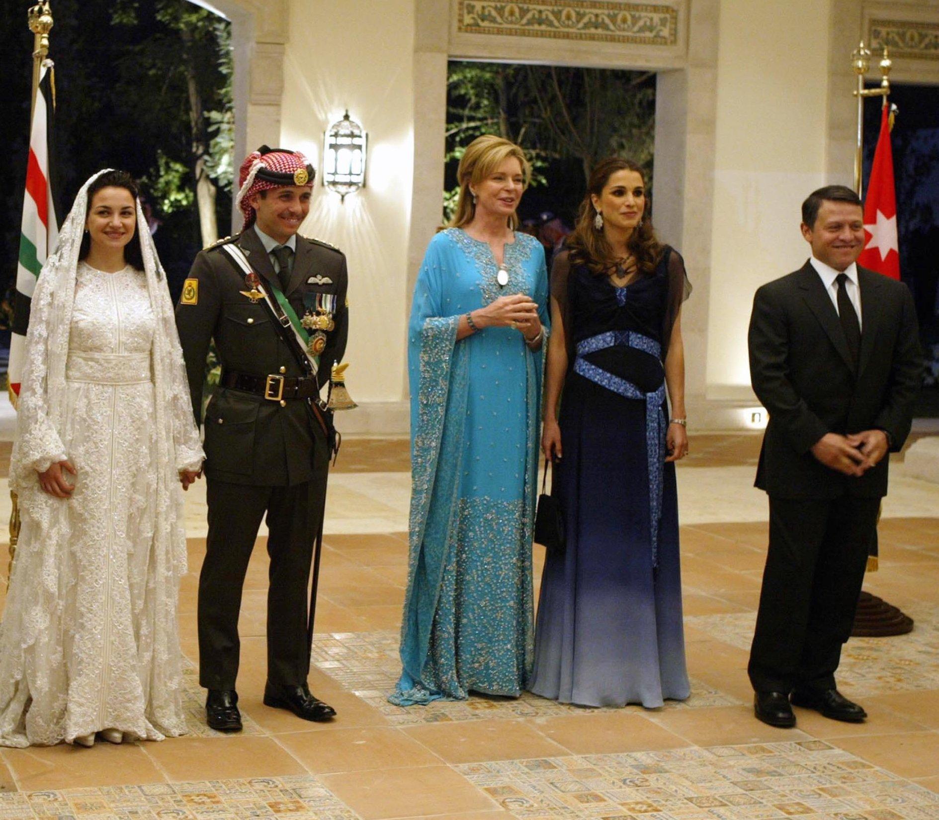 من اليمين - الملك عبدالله والملكة رانيا والملكة نور والأمير حمزة والأميرة نور زوجة الأمير حمزة الأولى في زفافهما عام 2004