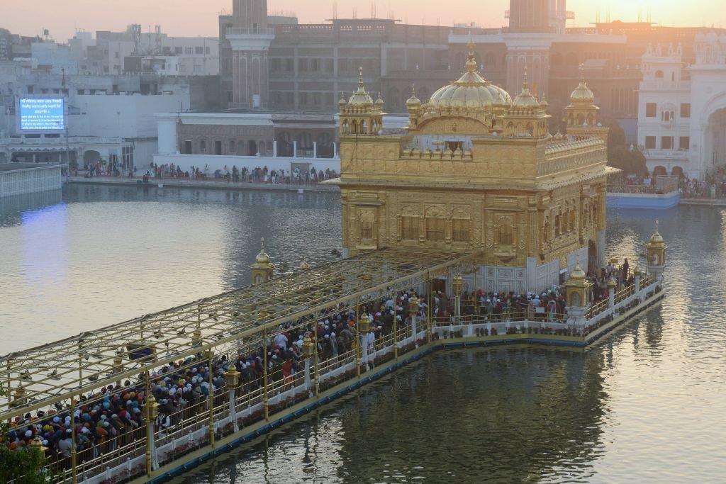 """اجتماع محاربو السيخ الهنديون لتقديم احترامهم بمناسبة عيد """"باندي شور ديفاز"""" في المعبد الذهبي في أمريتسار في 7 نوفمبر/تشرين الثاني 2018."""