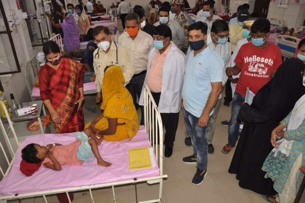 أطفال يعانون من الحمى في المستشفى