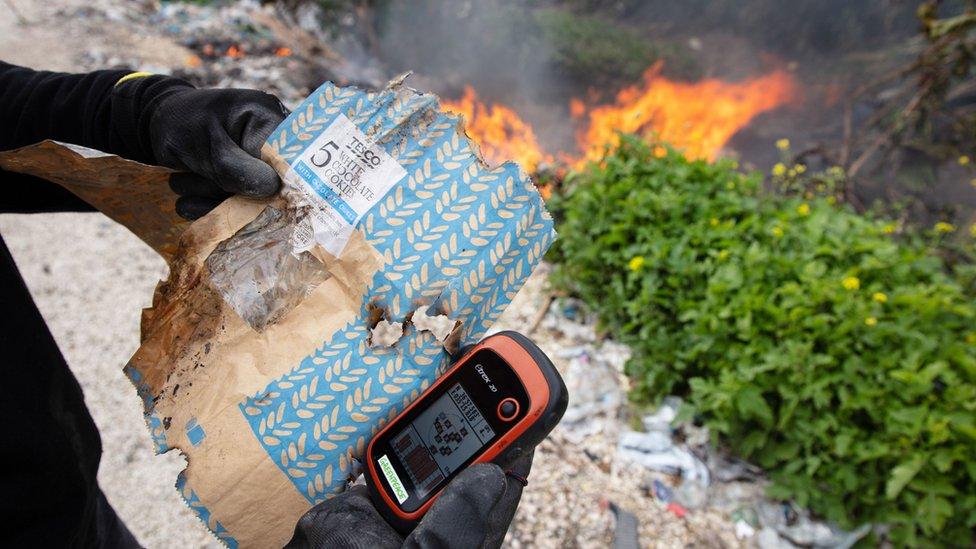 Greenpeace'in araştırması İngiltere'de geri dönüşüm kutularına atılan plastiklerin Adana'da yakıldığını veya çevreye atıldığını ortaya koydu
