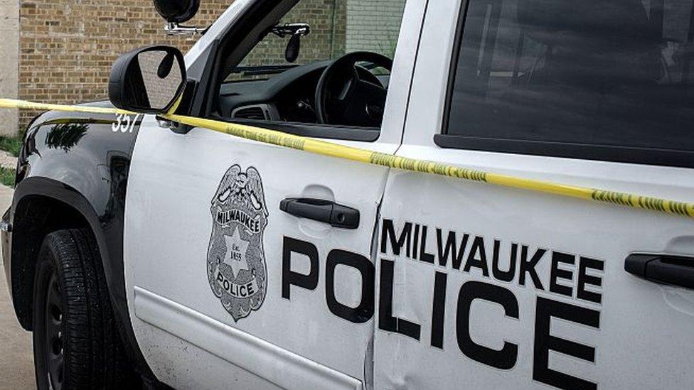 Un auto de la policía de Milwaukee