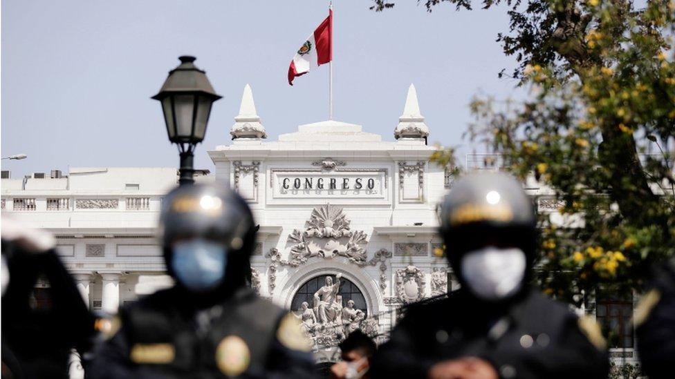 Unos policías cuestodian la sede del Congreso de Perú.
