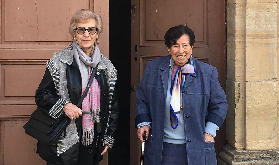 Las hermanas Hélène y Annie en las puertas del convento.