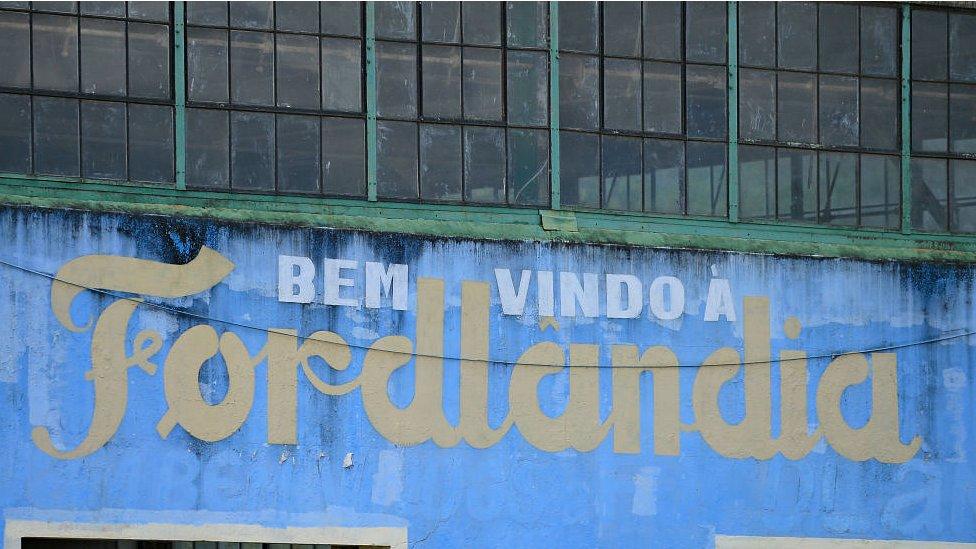 Fachada de edificio que dice: Bienvenidos a Fordlandia
