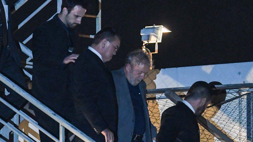 Lula acompañado de sus abogados.