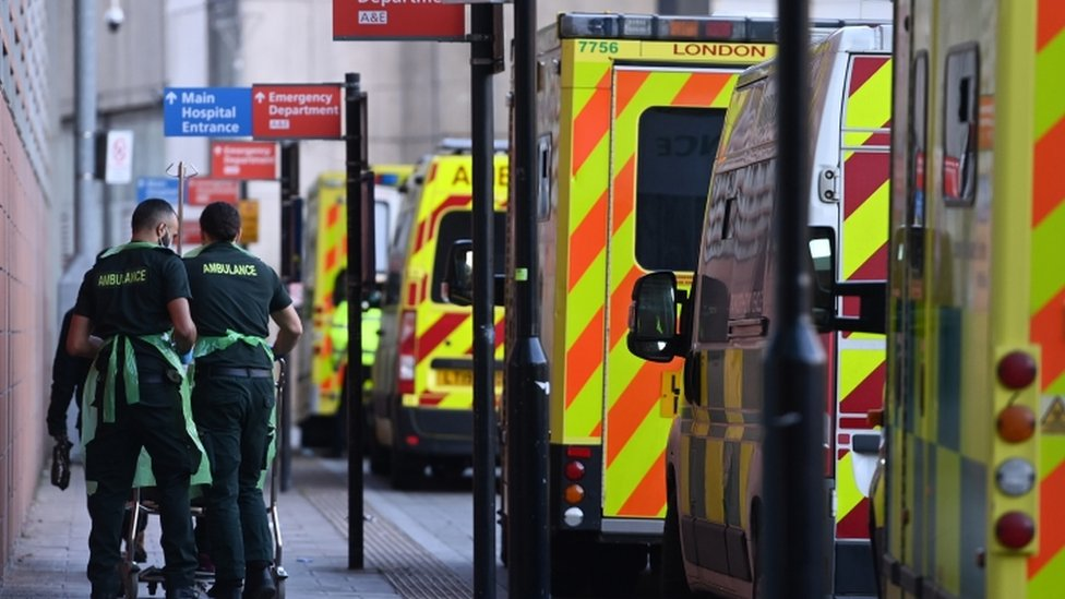 بعض العاملين في مستشفى بريطاني