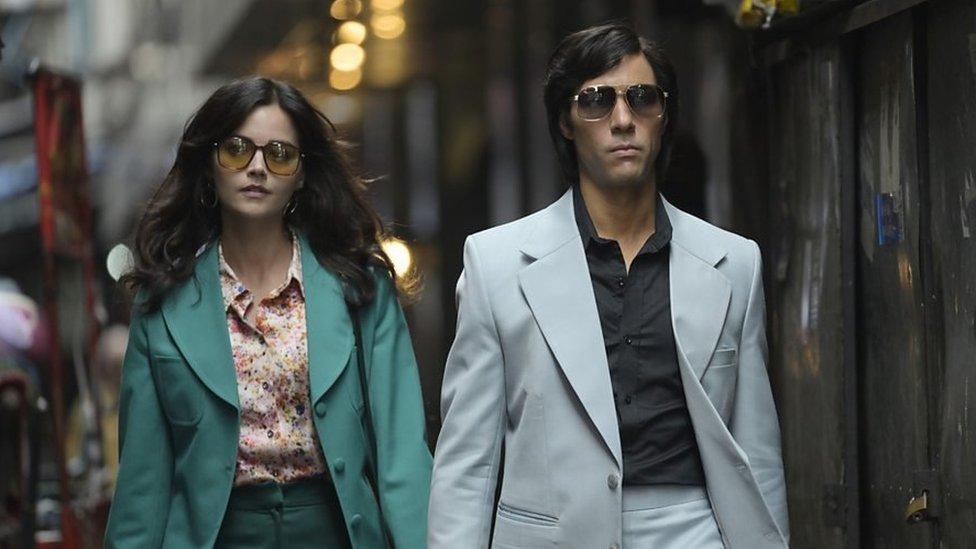"""Marie-Andrée Leclerc (Jenna Coleman) y Charles Sobraj (Tahar Rahim) en el episodio 1 de """"La Serpiente""""."""