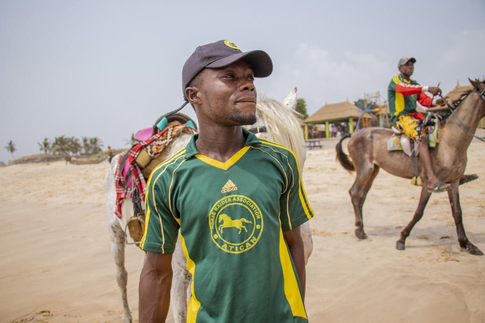 muškarac vodi konja
