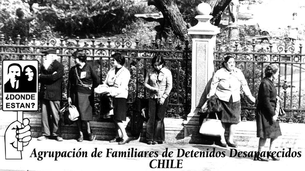Miembros de la AFDD en una manifestación encadenadas