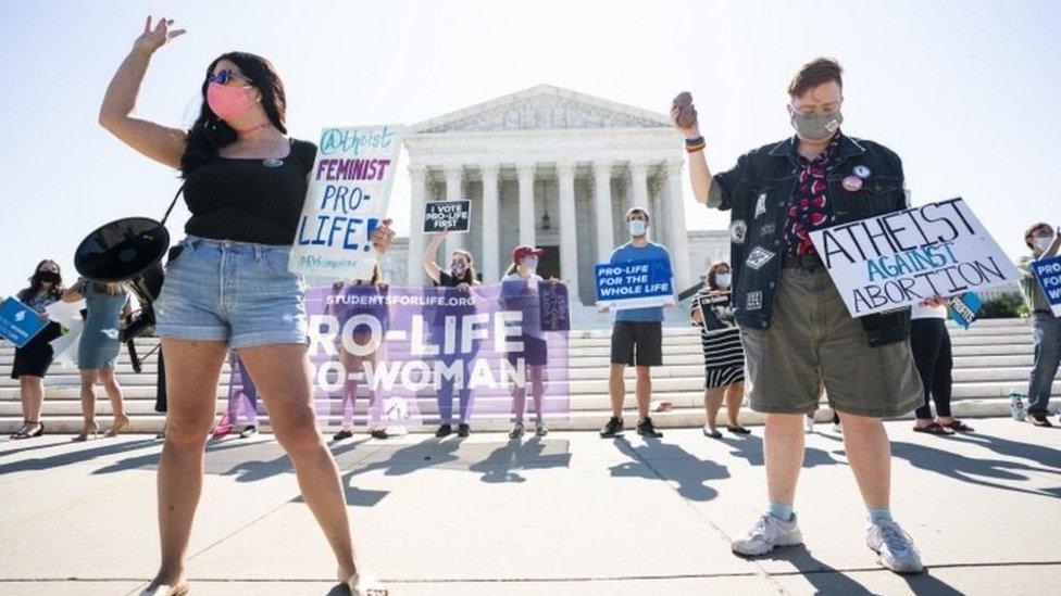 Activistas antiaborto frente a la Corte Suprema.