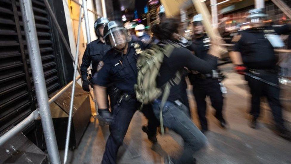 Un hombre pelea con policías en Nueva York