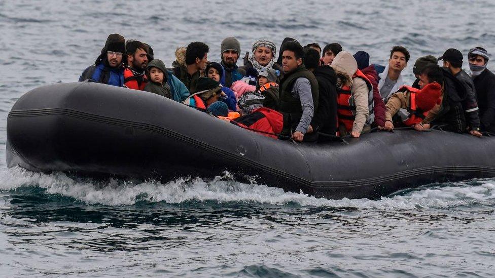 Afganları taşıyan ve yasadışı yollarla Ege Denizi'ni geçmeye çalışan bir bot