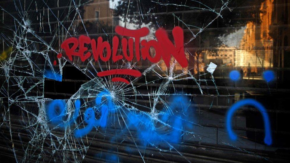"""La palabra """"Revolución"""" está escrita en una vitrina rota en Beirut"""