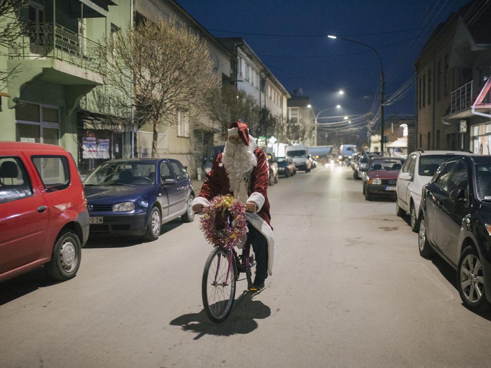 Deda Mraz na biciklu