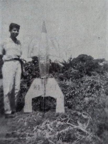 Ricardo Galindo junto al cohete casero