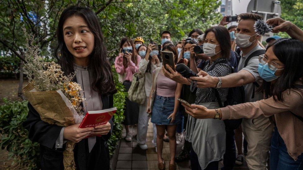 Xianzi habla con periodistas y simpatizantes después de una audiencia el 14 de septiembre en Beijing.