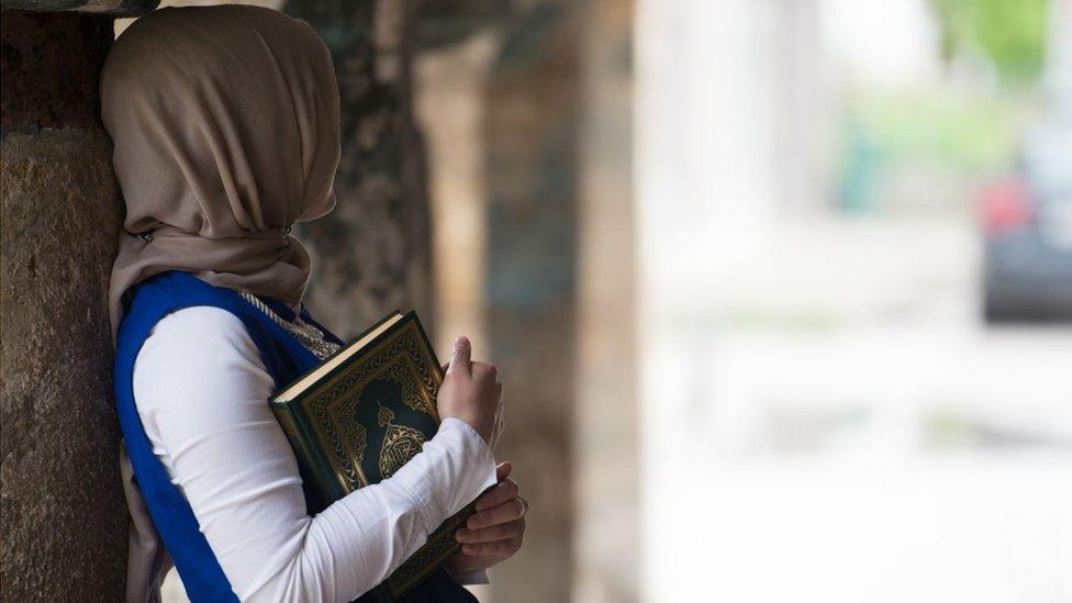 Joven con el Corán
