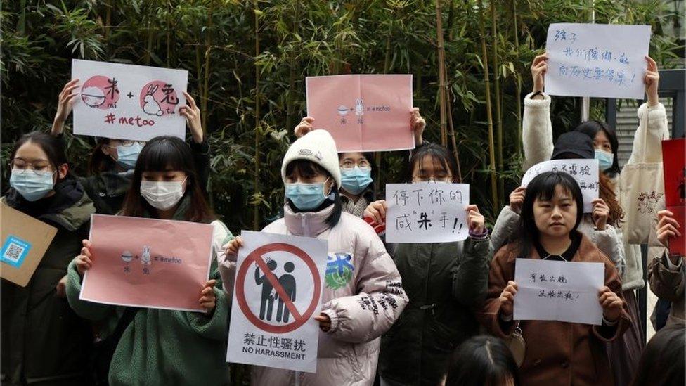 متظاهرون يرفعون لافتات تدعم شيان تسي خارج المحكمة في بكين