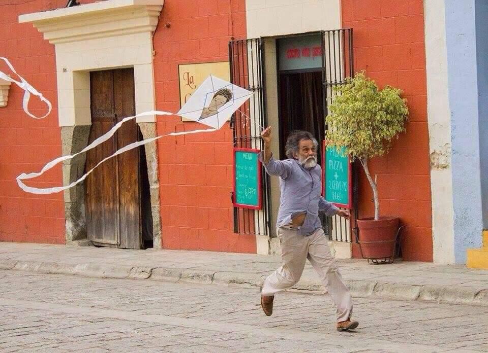 Francisco Toledo vuela un papalote