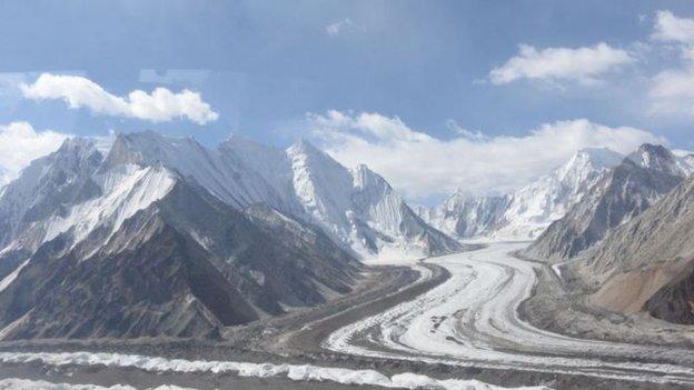 錫亞琴冰川是地球上除極地以外最大的冰川。