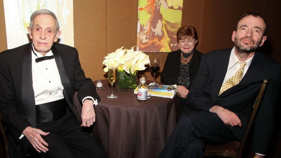 Los esposos Nash junto a su único hijo, John, en un evento celebrado en 2010 en Nueva York.