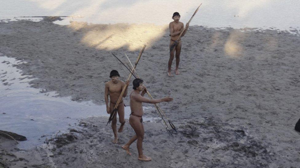 Tres miembros de una tribu indígena.