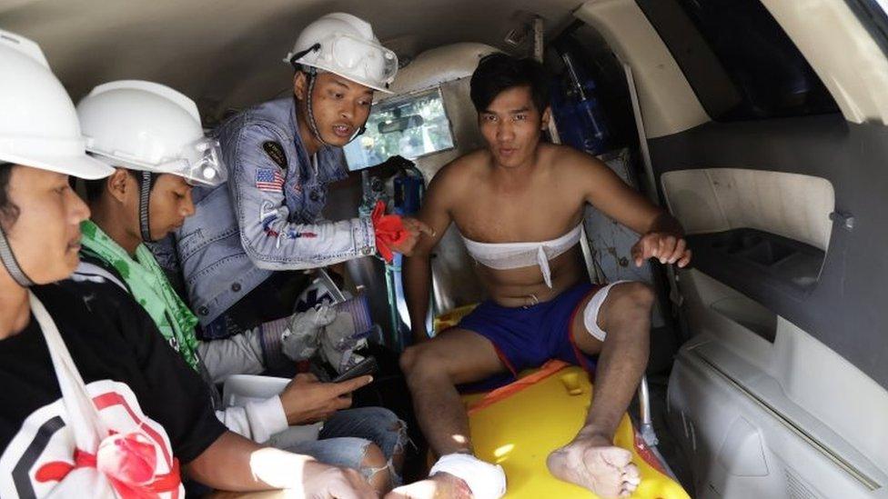 Seorang demonstran yang terluka di Yangon.