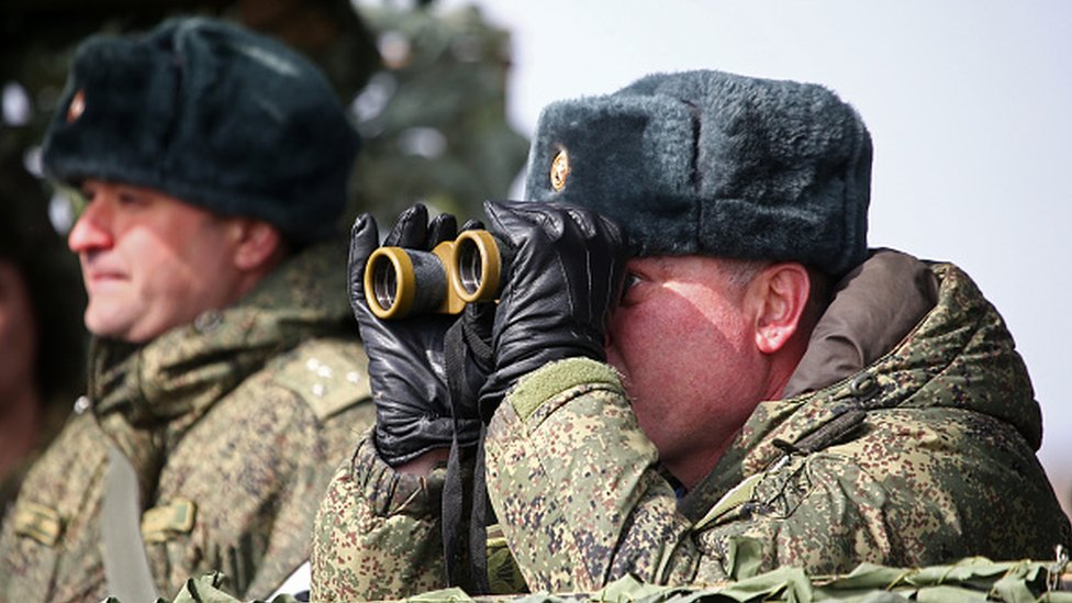 Un comandante ruso observa durante los ejercicios militares en Crimea, el 19 de marzo de 2021.