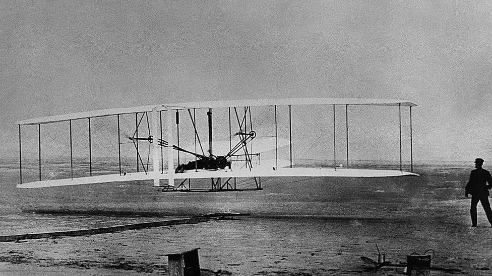 12 históricos segundos durante los que Wilbur (derecha) vio volar a su hermano y el artilugio que ambos habían fabricado.