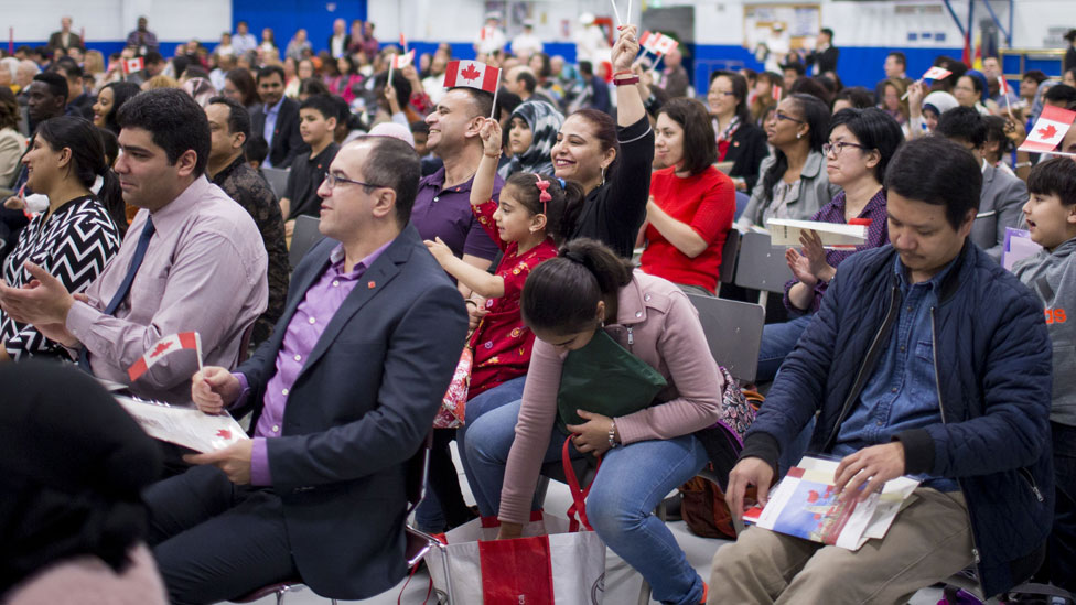 Ceremonia de extranjeros recibiendo la ciudadanía canadiense.