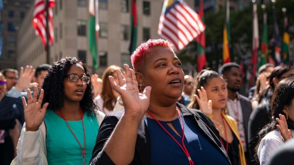 Gente canta el himno de Estados Unidos.