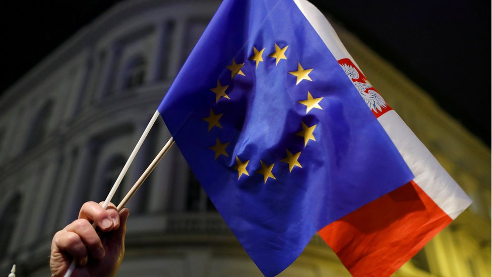 Прапори Польщі і ЄС в руках