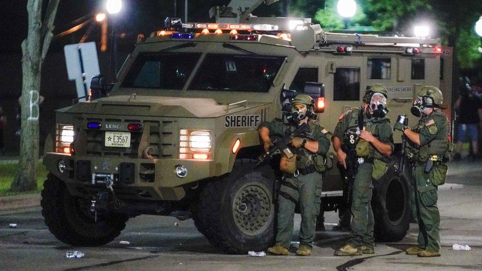 美國威斯康辛州基諾沙市數名縣警防暴人員在一輛裝甲車旁戒備(24/8/2020)