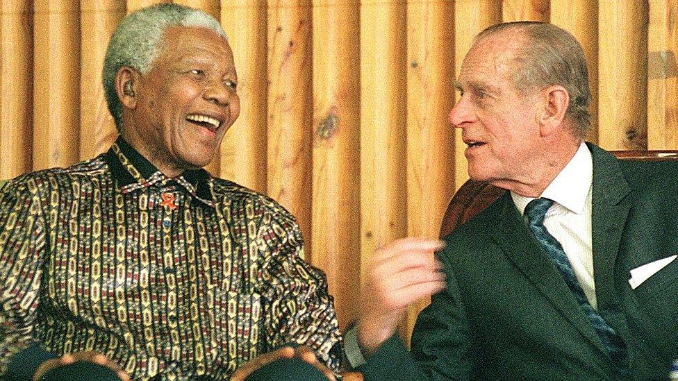 رئيس جنوب أفريقيا الراحل نيلسون مانديلا مع دوق إدنبرة، الأمير فيليب أثناء حديثهما في سجن دراكنشتاين، بارل على بعد حوالي 50 كم خارج كيب تاون 05 نوفمبر/تشرين الثاني 2000. حضر كلاهما حفل توزيع الجوائز للسجناء الأحداث المحتجزين برعاية جمعية الجوائز الدولية، برنامج تنمية للشباب.