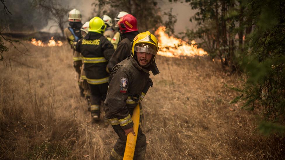 Bomberos combatiendo los incendios de 2017 en Chile