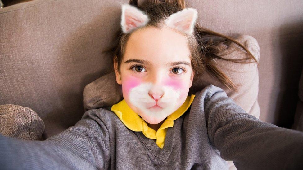 filtre kullanan genç kız