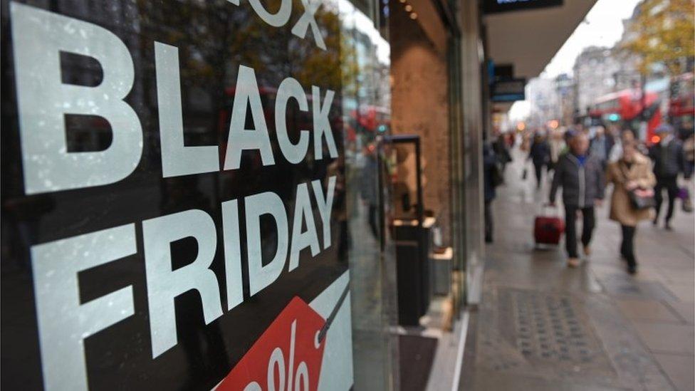 Cartel de Black Friday en un comercio.