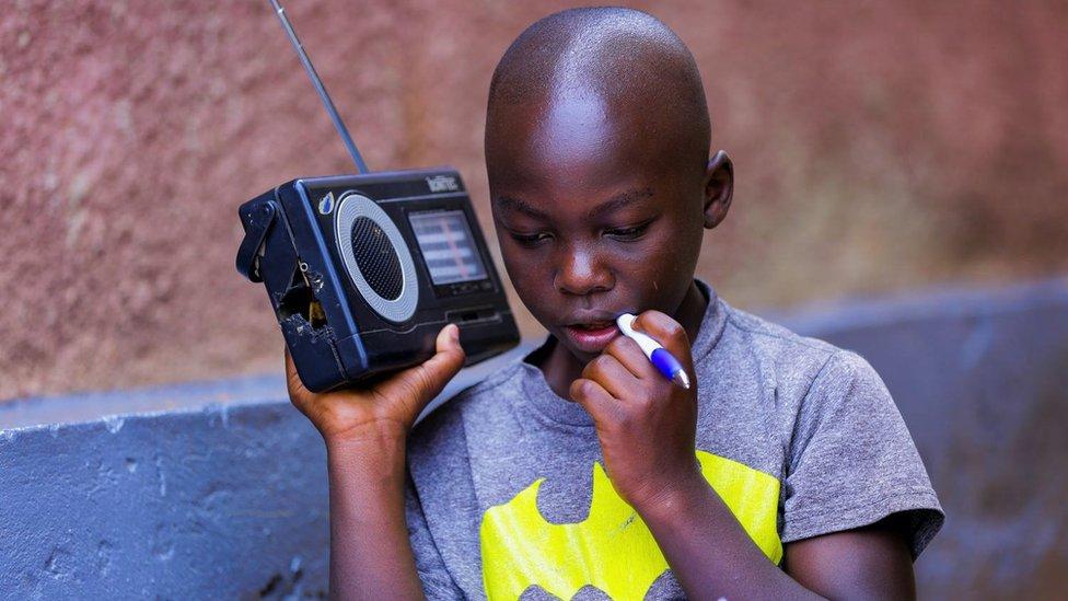 Dečak u Ruandi sluša nastavu preko radija