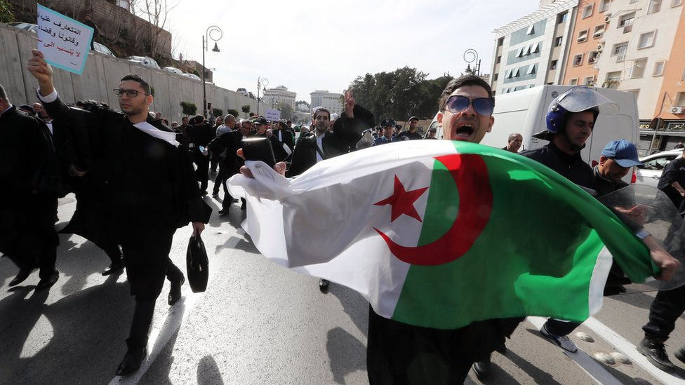 محامون جزائريون يخرجون للشوارع لدعم الاحتجاجات ضد بوتفليقة