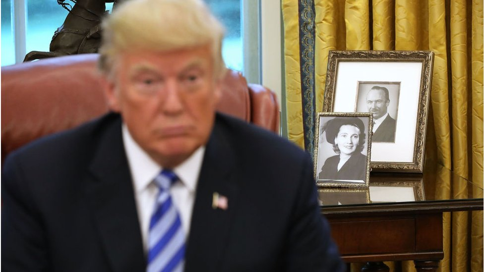Pictures of Trump`s parents, seen in the White House Oval Office