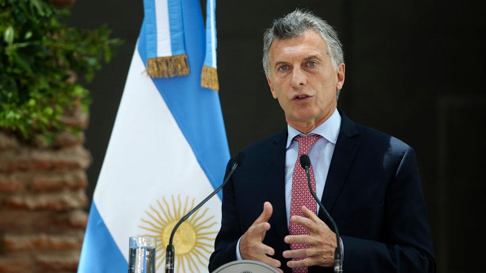 """El presidente Macri busca ajustar el gasto pero su """"tarifazo"""", como lo llaman los críticos, ha tenido un fuerte impacto en la inflación que se había reducido considerablemente en 2017."""
