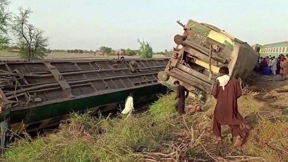 القطار انقلب بعد الاصطدام.