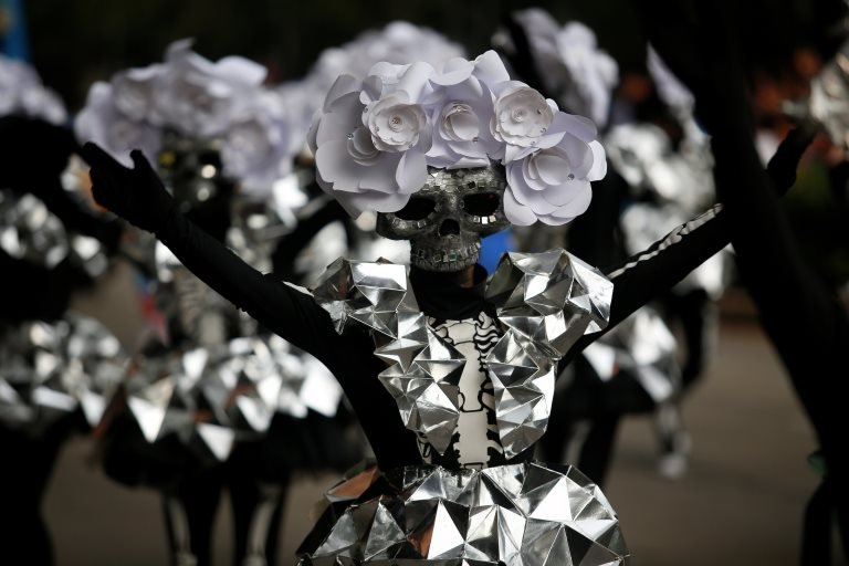 """مشارك في موكب """" كاترينا """" في عيد الموتى في المكسيك"""