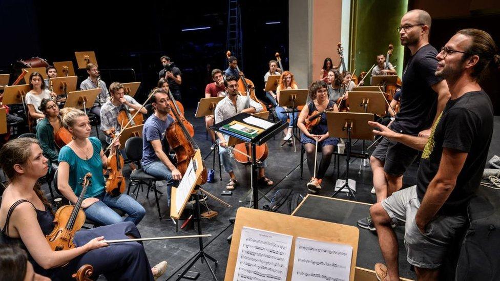 Orquesta ensayando la décima sinfonía de Beethoven.