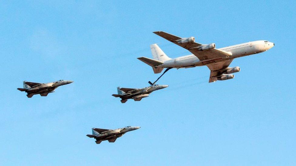 طائرة بوينغ KC-135 Stratotanker تعيد تزويد طائرة مقاتلة تابعة لسلاح الجو الإسرائيلي من طراز F-15 Eagle بالوقود مع طائرتين أخريين ، خلال عرض جوي في قاعدة هاتزيريم في صحراء النقب. 29 يونيو/حزيران 2017.
