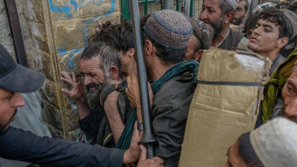 Afganos en la frontera con Pakistán en Spin Boldak