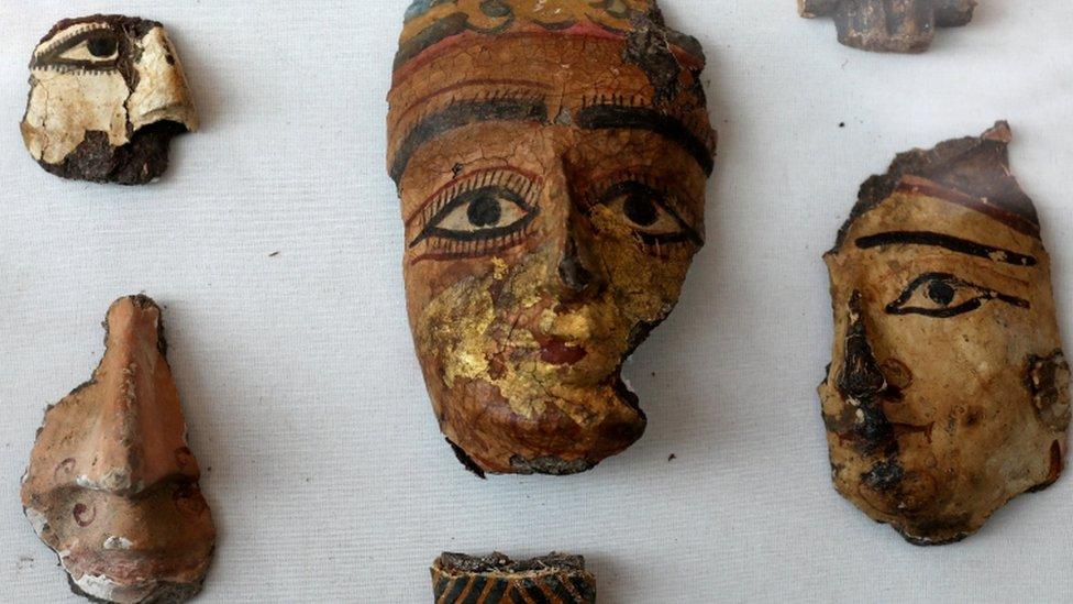 أجزاء من وجوة مزينة و مصبوغة في مقبرة جنوب مصر
