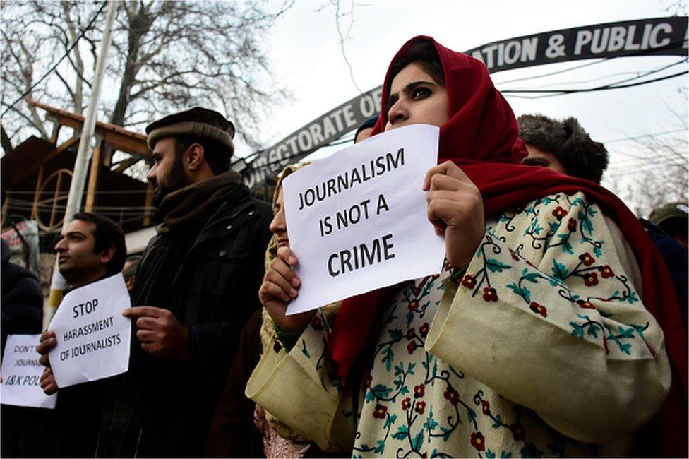 صحفيون كشميريون يحملون لافتات خلال احتجاج على تعسف القوات الهندية في سريناغار ، كشمير الخاضعة للإدارة الهندية في 18 ديسمبر 2019.