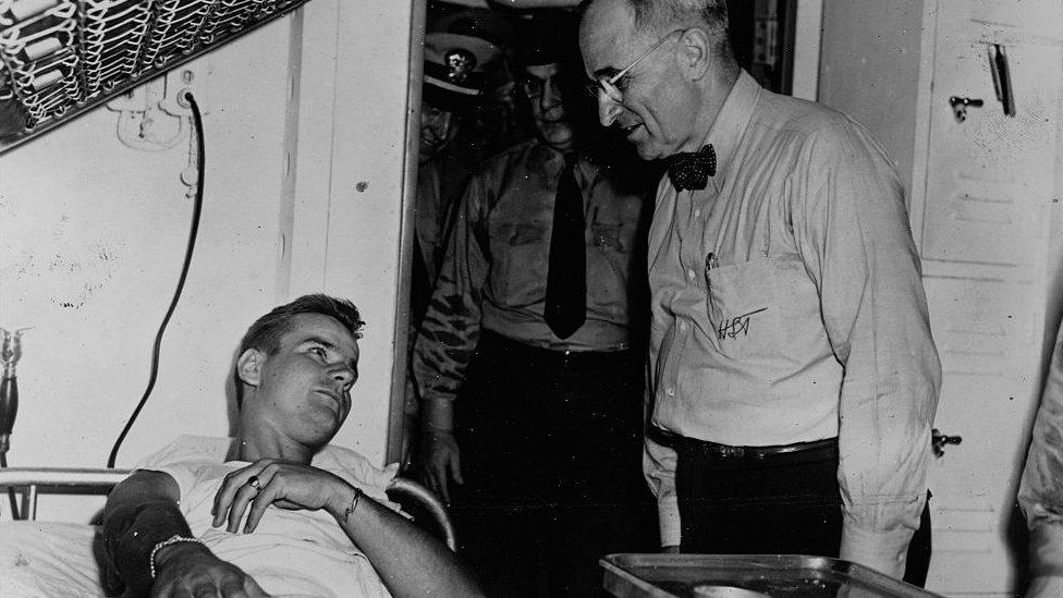 Truman visitando a un soldado enfermo